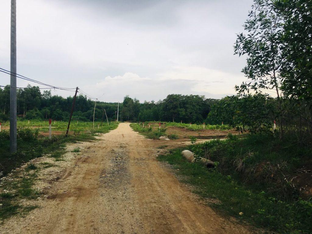 Đường đi vào khu đất, được trải sỏi, tiện di chuyển